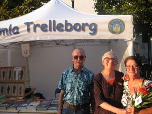 Laras Åke och Gerd Ryngberg hälsas välkomna i föreningen av Anna Lena Nilsson